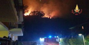 Vasto incendio nel catanzarese, in pericolo un complesso residenziale