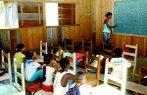 Imagem de sala de aula precária.