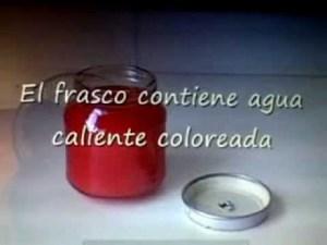 Recipiente con agua caliente más colorante