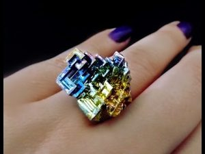 Anillo de cristales de bismuto