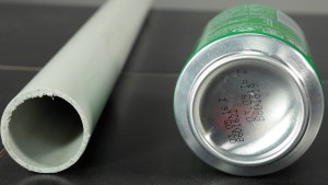 Varilla de plástico y lata de gaseosa