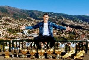 Cristiano Ronaldo presume sus trofeos