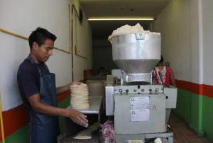 En Cancún competencia desleal asfixia a tortilleros