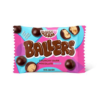 Doisy and Dam Ballers 30 g. ¿Recuerdas los Maltesers? Pues estos son parecidos, pero veganos y más ricos. Deliciosas bolas de chocolate negro con crujiente por dentro. Elaborados de forma ética con chocolate colombiano y sin aceite de palma.
