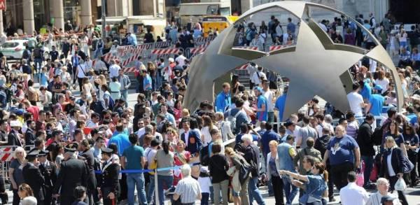 26-05-2016-aficionados-se-reunen-en-la-piazza-del-duomo-en-milan-italia