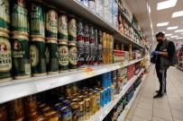 hombre-comprando-cerveza-supermercado-2035681