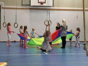 Leirillä oli Raahen seudun osuuspankin tuella kesätöissä Pinja Ojala. Hän mm. leikitti lapsia liikuntasalissa.