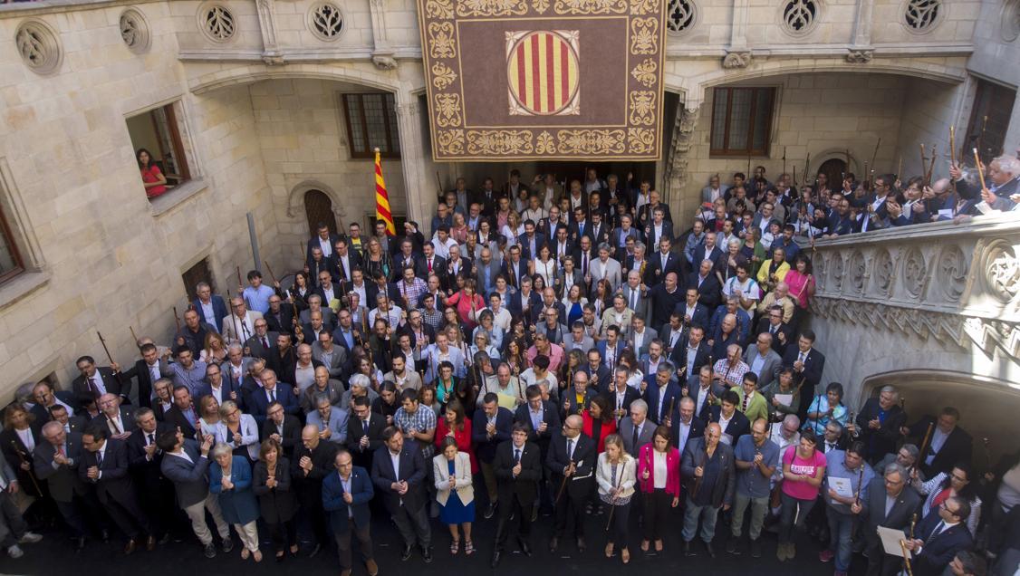 El presidente de la Generalitat, Carles Puigdemont.  en una foto de familia con los alcaldes que apoyan el referéndum.  // EFE / Quique García
