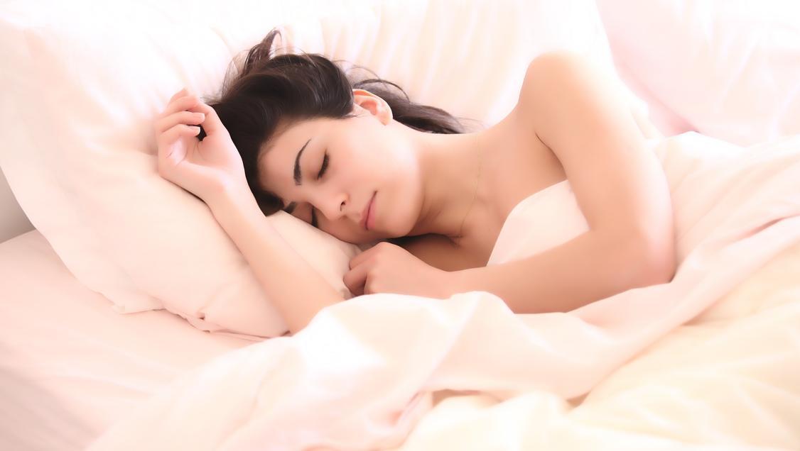Quatre beneficis de dormir despullat (per a la salut i per a l'activitat sexual). // CC0