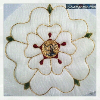 2016-07_Racaire_14th-century-hood_Talina_rose-embroidery_01-02