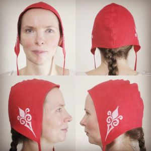 Medium size red linen coif / arming cap made from red linen, printed by hand in white with a handcut 12th century inspired stamp. Pre-washed fabric, ready to wear & machine washable!
