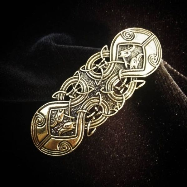 Beautiful metal hair clip with celtic knot in antique gold color. Has a good weight and a lovely shine - pretty jewelry for your hair!