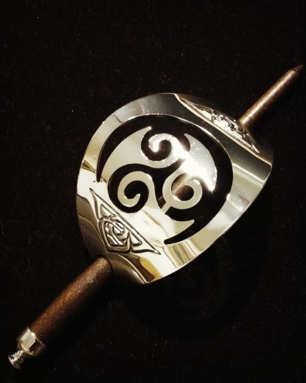 Beautiful hair stick in silver color triskele. Has a good weight and a lovely shine - very pretty jewelry for your hair!