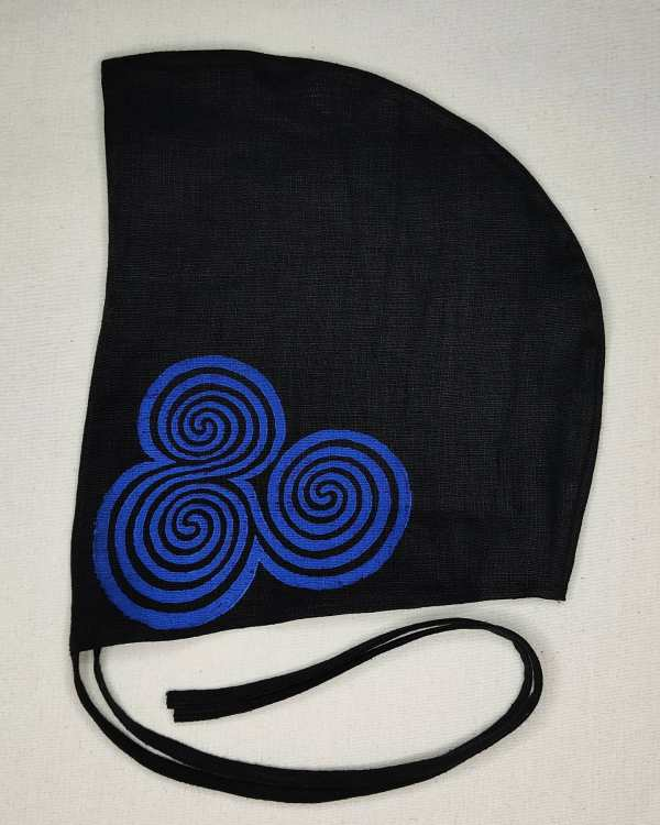 Medium black linen coif/arming cap made from lovely black linen fabric, handprinted in blue with a hand carvedtriple spiral stamp based on Neolithic artwork from the Newgrange site in Ireland. Ready to wear, pre-washed fabric! The coif is machine washable!