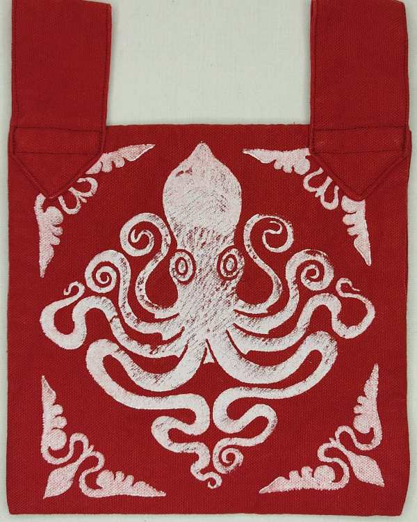A new Oops Sale Special for you today! After I finished the belt pouch I discovered two small mistakes in the cotton fabric for the lining I missed before. The print and pouch are lovely otherwise. Therefore I decided to take a little bit off so it can find a loving home! Octopus belt pouch made from durable cotton canvas, completely lined with red cotton fabric and with reinforced seams, hand printed with a hand carved octopus stamp. New, ready to use & machine washable!