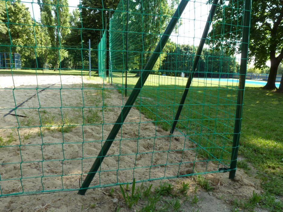 Kúpalisko Krasňany: Členovia a sympatizanti OZ Račiansky spolok osadili okolo ihriska na plážový volejbal ochrannú sieť.