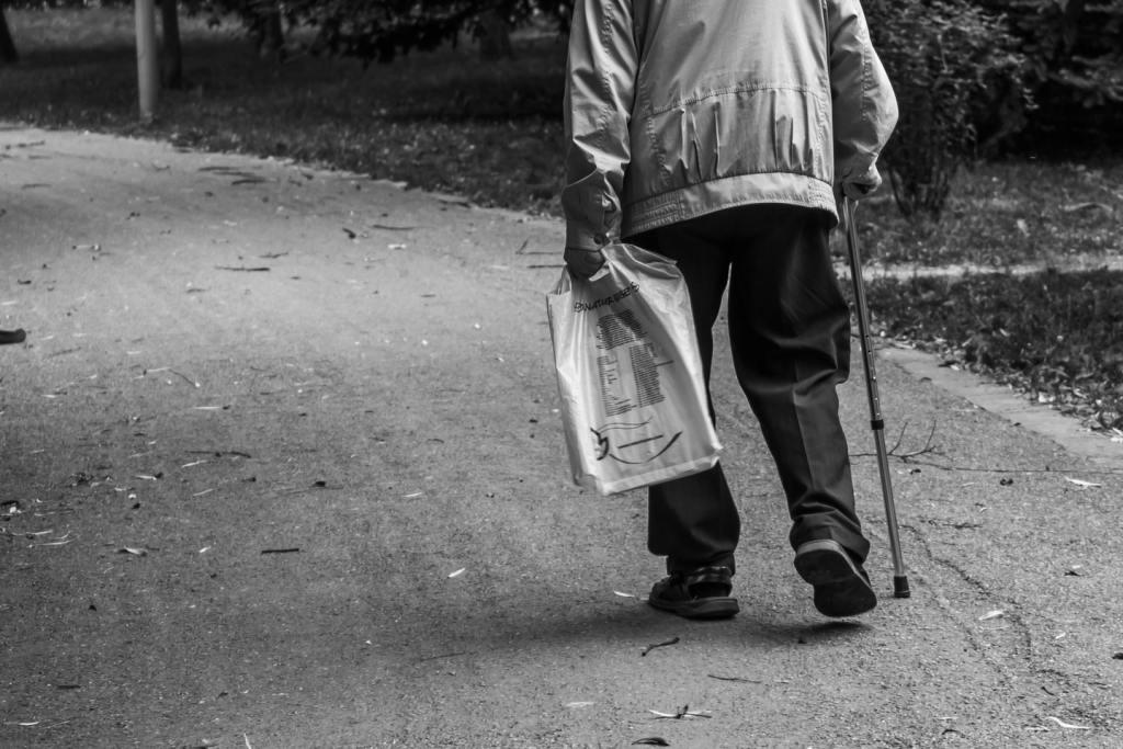 Medico aggredisce anziano