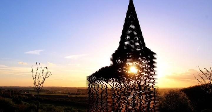 La chiesa belga che scompare al tramonto