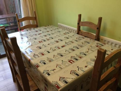 Making Less Mess At Meal Times With The Beach Huts Wipe Easy TableCloth
