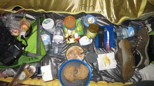 Gemütliches Frühstück im Zelt