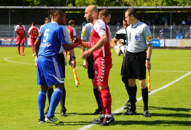 William SERRY et Milo SIKIMIC avec trio d'arbitres dont Yoann ROUINSART