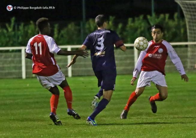 Saïdou SOW (n°11), Anis BOUZIANE (n°3) et Ali KARASHIN se disputent la balle