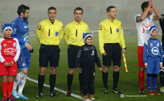Le trio arbitral avec Emmanuel CARON, l'arbitre central et les deux capitaines, Gauthier PINAUD et Guillaume INSOU