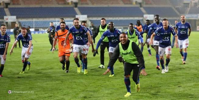 Toute l'équipe du RCSA vient fêter ce succès contre Marseille Consolat avec son public