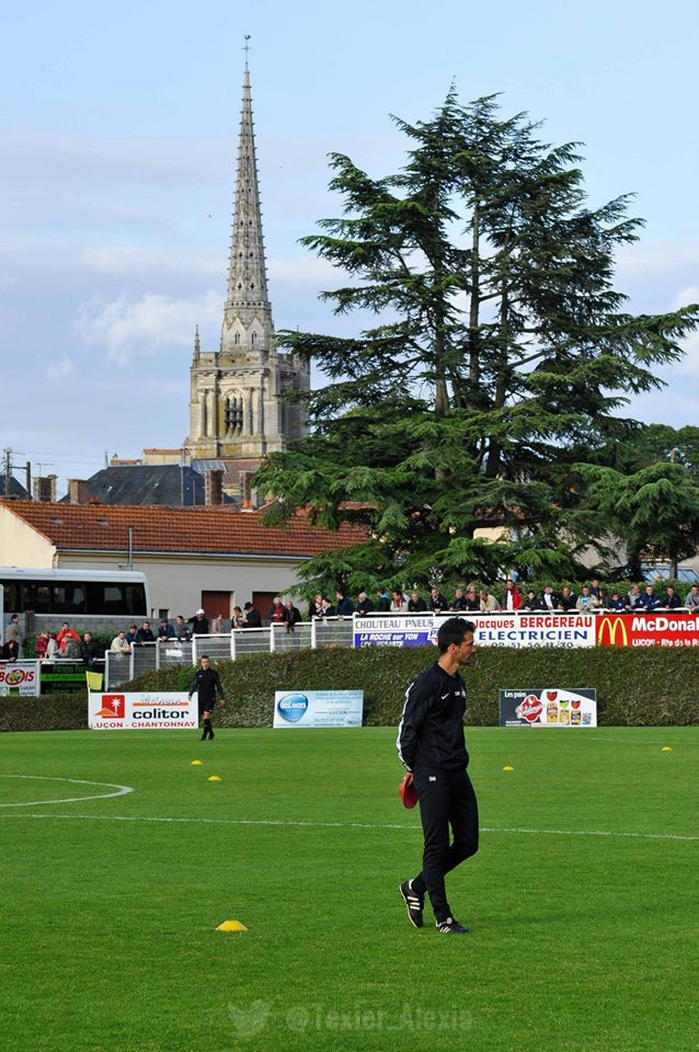 Le Stade Jean de Mouzon avec à l'arrière plan, la Cathédrale Notre-Dame de l'Assomption dont Richelieu fut le plus célèbre évêque