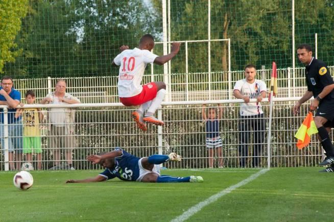 Arnaud Lusamba saute par-dessus Eric Marester
