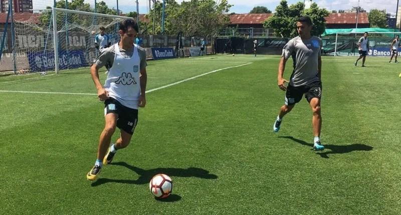 Augusto Solari lleva la pelota ante la presencia de Maxi Cuadra en la cancha auxiliar del Cilindro.