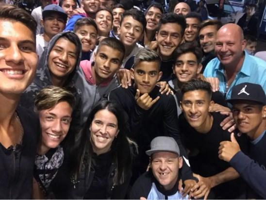 Juveniles de Racing en el estreno de la película del Pepo.