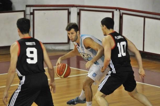 Jugador del basquet de Racing en pleno partido.