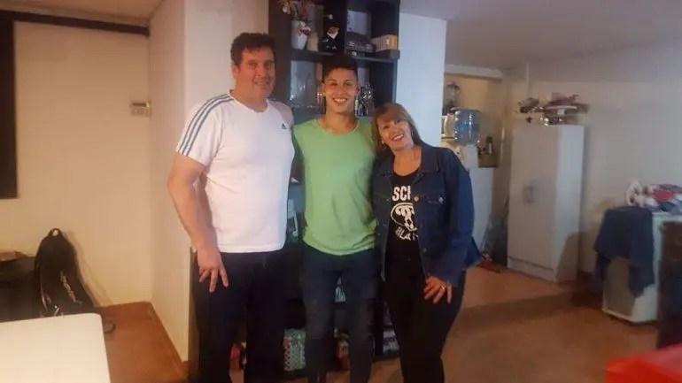 Imaki, junto a sus padres, Guillermo y Tania. El juvenil de Racing juega en la Sétima División y llegó al club en 2018, en edad de Octava.