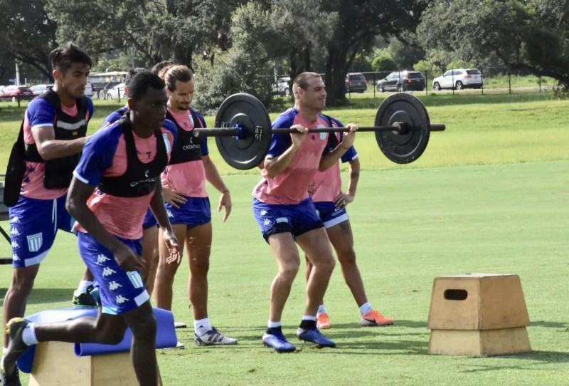 El plantel de Racing arrancó la jornada con ejercicios físicos que luego vieron la pelota en el marco de la pretemporada.