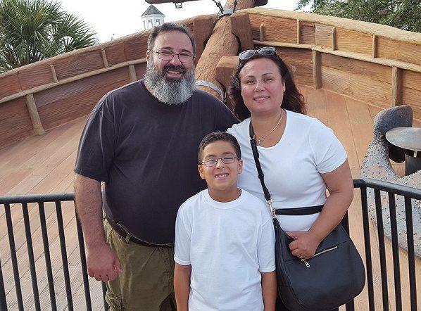 William Maillis com seus pais: Peter Maillis, (que é padre ortodoxo grego) e sua mãe Nancy.