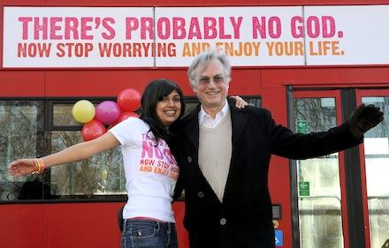 El amigo Richard Dawkins presentando el lema que unos cuantos autobuses lucieron en Reino Unido hace un par de veranos. Por cosas como esta, (lamentablemente) normal que ciertos fundamentalistas le tengan ganas.