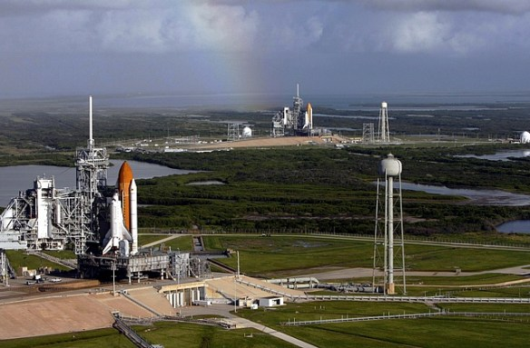 Space_shuttles_Atlantis_(STS-125)_and_Endeavour_(STS-400)_on_launch_pads (3)