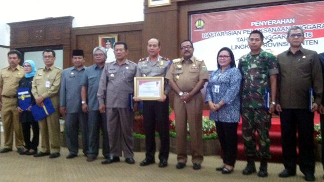 Gubernur Banten bersama sejumlah kepala daerah dan kepala SKPD saat penyerahan Daftar Isian Pelaksanaan Anggara (Dipa) tahun 2016 di Pendopo Gubernur KP3B