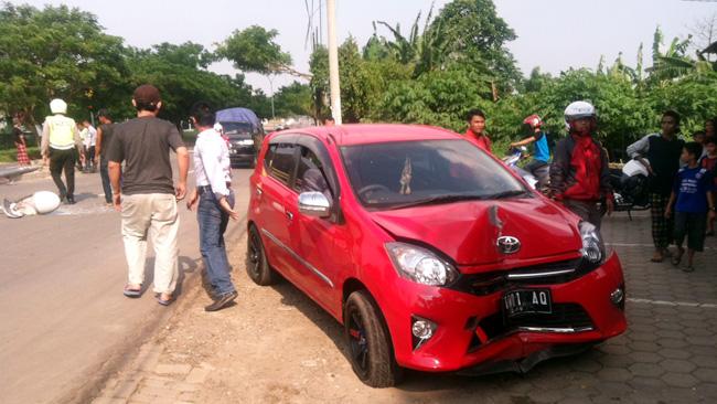 Mobil jenis Toyota Agya sesaat setelah menabrak lampu penerangan jalan