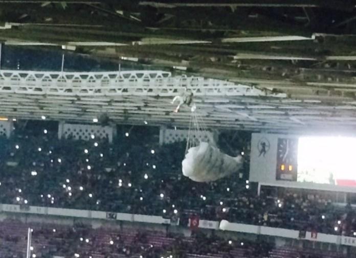 FOTO twitter. Seorang anggota TNI tersangkut di atap stadion saat pembukaan final Piala Jenderal Sudirman di GBK