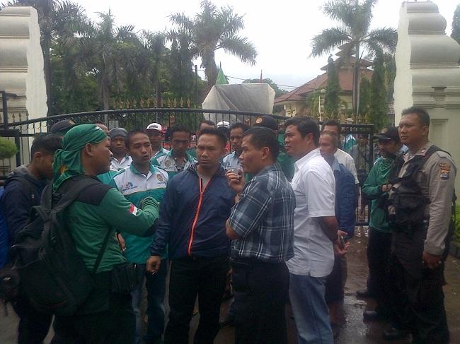 Pekerja PT AWN saat melakukan aksi unjuk rasa