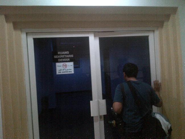 Beberapa wartawan mencoba melihat kondisi di dalam ruang Sekretariat Dewan DPRD Banten