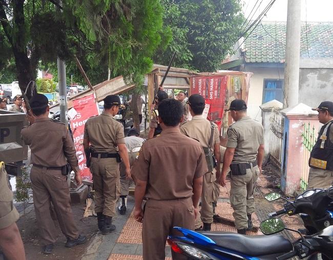Suasana Penertiban Pedagang di Depan Jalan Islamic Center