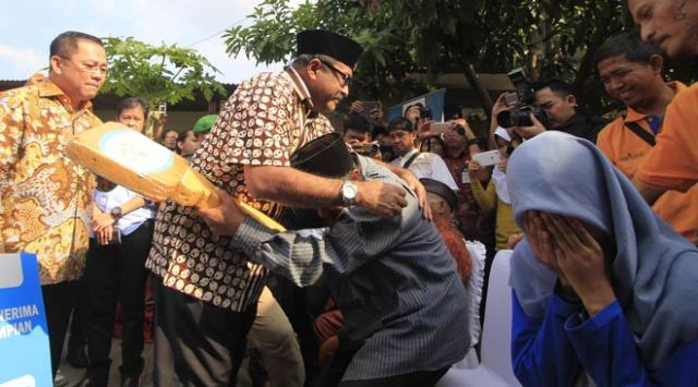 Syamsuri memeluk Gubernur Rano Karno.