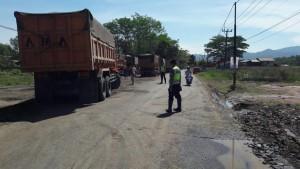 Pengalihan arus lalu lintas truk. Foto: @SatLantasPdg