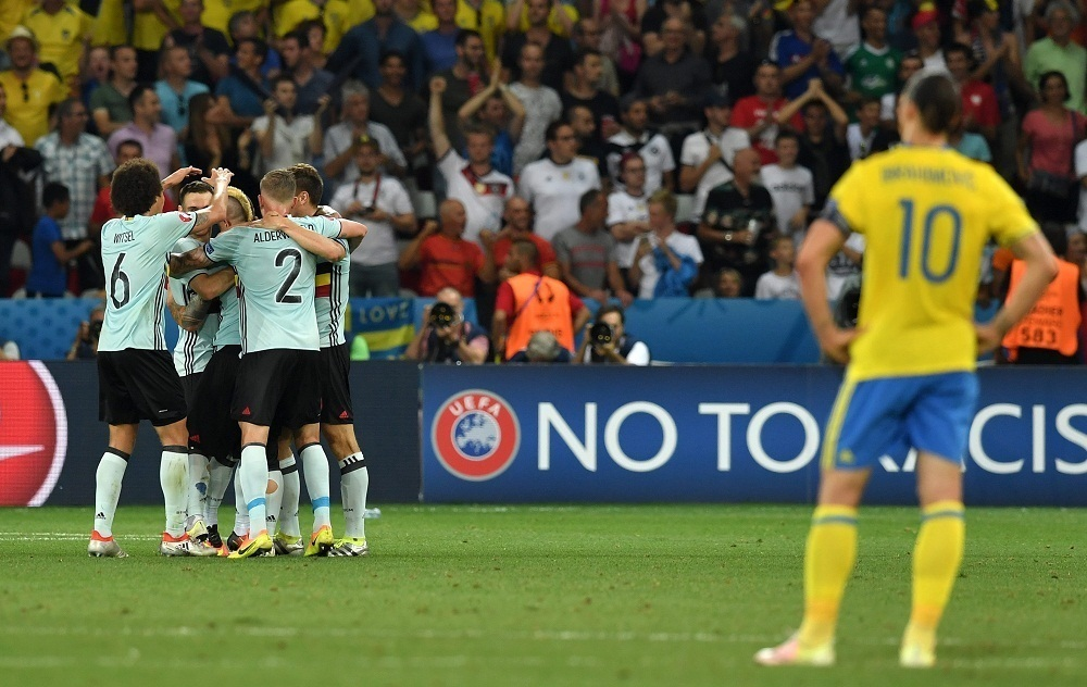 epa05385006 Zlatan Ibrahimovic (L) of Sweden looks on as Belgium players celebrate during the UEFA EURO 2016 group E preliminary round match between Sweden and Belgium at Stade de Nice in Nice, France, 22 June 2016. (RESTRICTIONS APPLY: For editorial news reporting purposes only. Not used for commercial or marketing purposes without prior written approval of UEFA. Images must appear as still images and must not emulate match action video footage. Photographs published in online publications (whether via the Internet or otherwise) shall have an interval of at least 20 seconds between the posting.) EPA/PETER POWELL EDITORIAL USE ONLY