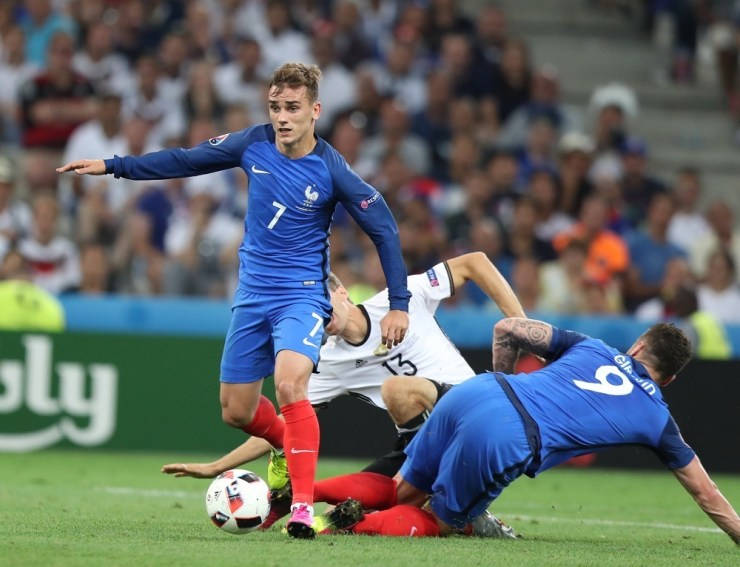 (160708) -- MARSEILLE, July 8, 2016 (Xinhua) -- Antoine Griezmann (L) of France competes during the Euro 2016 semifinal match between France and Germany in Marseille, France, July 7, 2016. (Xinhua/Bai Xuefei)