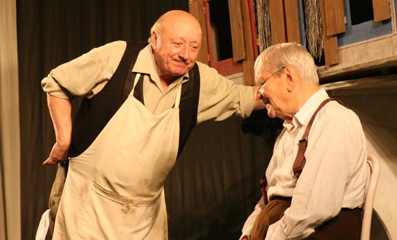 Actorii Marin Moraru (S) si Radu Beligan joaca in spectacolul Teatrului National din Bucuresti, Take, Ianke si Cadar, la sala Casei de Cultura a Sindicatelor, in Constanta, duminica, 4 noiembrie 2007. FLORIN GHEORGHE / MEDIAFAX FOTO