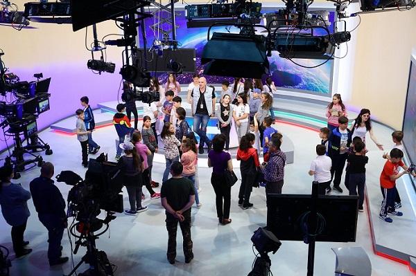 Școala Altfel a adus peste 860 de copii la PRO TV. Vedetele staţiei au fost ghizi şcolarilor!